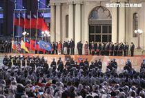 新住民代表在中華民國108年元旦升旗典禮唱國歌。(記者邱榮吉/攝影)