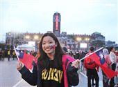 正妹臉上貼著國旗貼圖手上揮著國旗參加中華民國108年元旦升旗典禮。(記者邱榮吉/攝影)