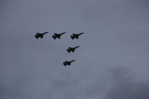 七星潭F16戰機衝場迎新年花蓮七星潭1日清晨人潮湧入,6時30分左右,5架F-16戰機以大雁隊形編隊衝過七星潭月牙灣海灘。中央社記者李先鳳攝 108年1月1日