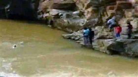 (圖/翻攝自太陽報)印度,死亡,自拍,瀑布,溪水