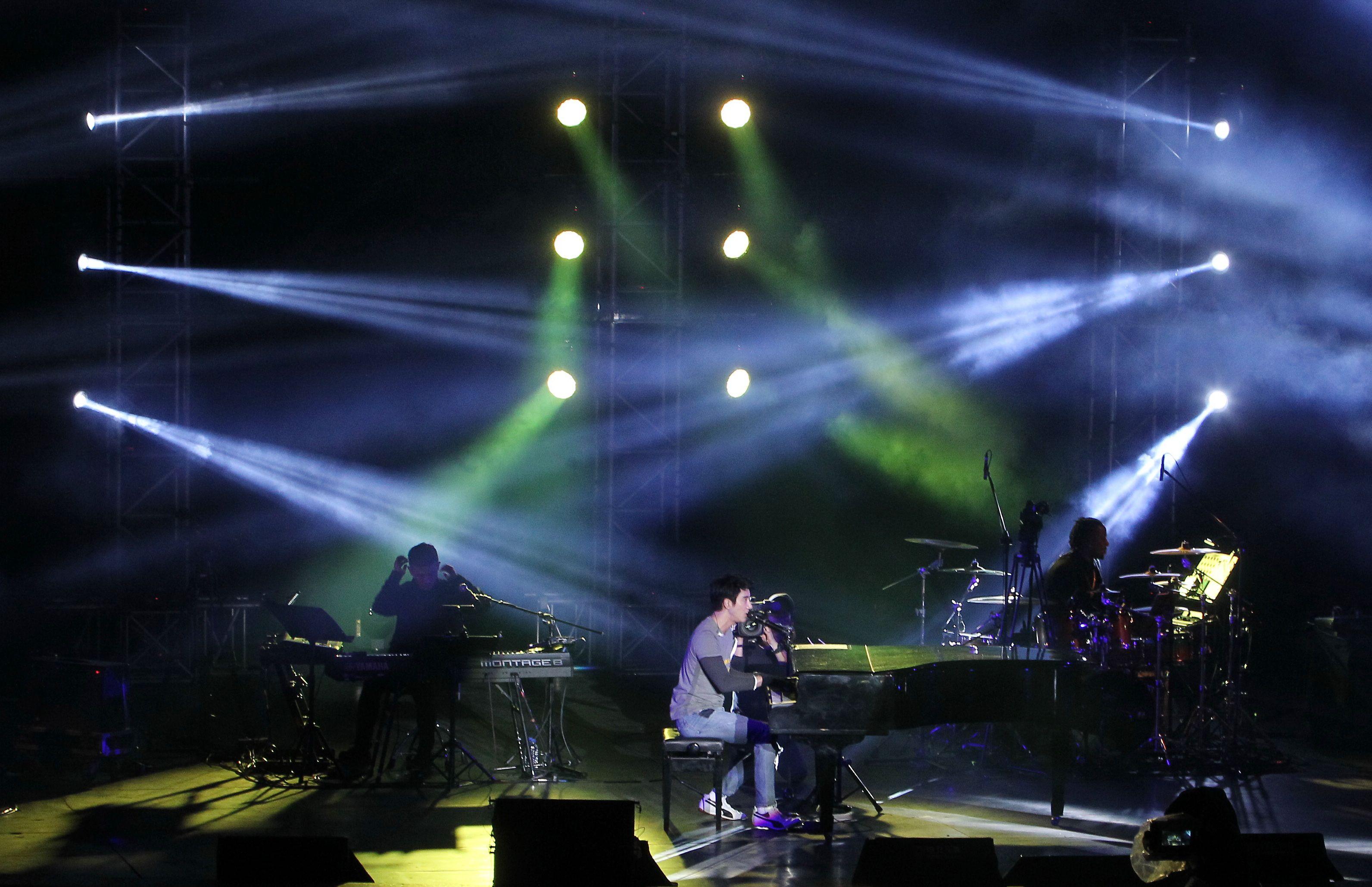 王力宏「福利秀」音樂會回到20年前個人第一場大型演唱會「繞著力宏轉」所在地,唱爆大安森林公園,粉絲冒著細雨穿著雨衣坐在草皮上欣賞。(記者邱榮吉/攝影)