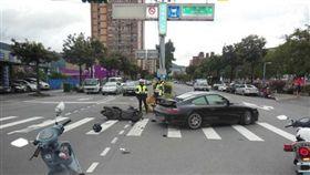 黑色保時捷911跑車迴轉時遭同向機車追撞(翻攝畫面)
