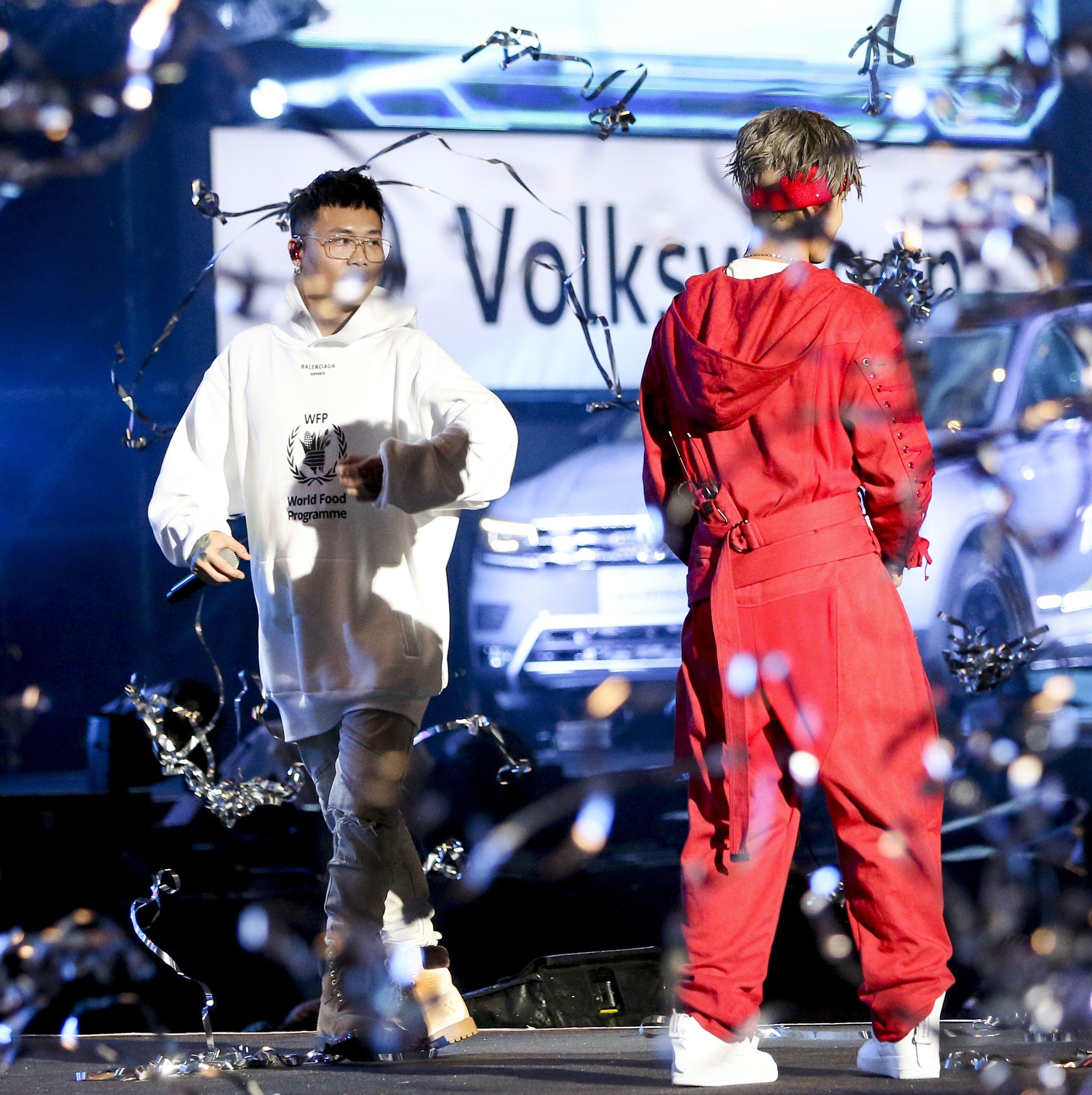 2019臺北市政府跨年晚會演唱嘉賓蕭秉治(廷廷)與鼓鼓重現前魔幻力量樂團的美好時光。(記者林士傑/攝影)