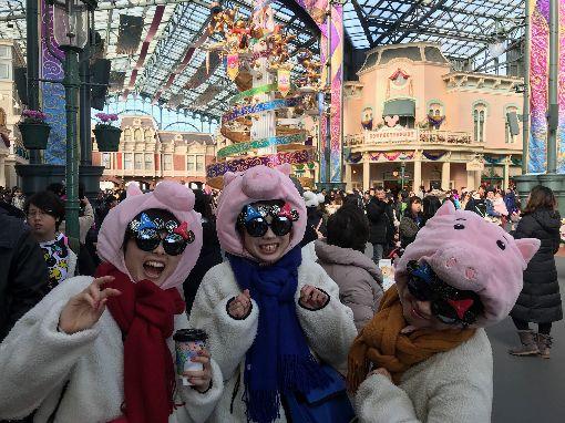 東京迪士尼迎豬年 櫻花妹戴火腿豬頭套迎接開園35週年的東京迪士尼1日起推出為期6天的新年活動。迪士尼動畫「獅子王」中的疣豬彭彭是今年豬年主角。此外,園區內可看到櫻花妹戴「火腿豬」頭套,很俏麗。中央社記者楊明珠千葉攝 108年1月1日