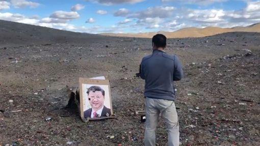 哈薩克族朝習近平肖像狂轟三槍。(圖/翻攝自網路)