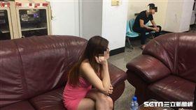 身穿低胸粉色小洋裝的越籍女子遭警盤查竟稱:「我是來務農的!」(翻攝畫面)