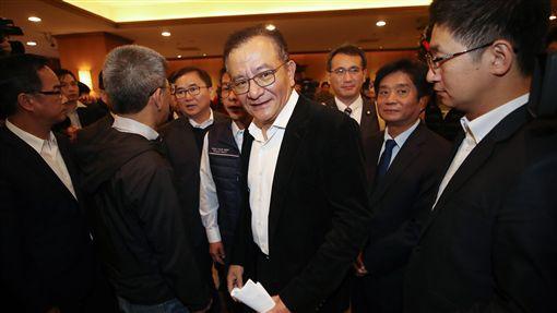 高志鵬:將提非常上訴  爭取清白(2)民進黨立委高志鵬(中)27日在立法院召開記者會表示,會採取一切能爭取清白的途徑,包括非常上訴、再審都會提。中央社記者張新偉攝  107年12月27日