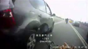 台北,中山,大直橋,逼車,小客車,機車。翻攝自黑色豪門企業