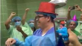 瘋狂手術室!瓜國誇張醫院婦產科 竟在接生時倒數跨年狂歡(圖/翻攝自太陽報)