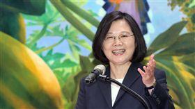駭客世界大賽好成績  總統開心總統蔡英文(右)13日在總統府接見「2018DEF CON CTF駭客大賽世界盃我國參賽隊伍:HITCON戰隊及BFS戰隊」,其中HITCON戰隊獲得第3名佳績,年輕的BFS戰隊表現不俗,蔡總統說,這是國家的榮耀,她要謝謝大家的表現,讓台灣在高階資安大賽的國際舞台上被世界看見。中央社記者鄭傑文攝 107年11月13日
