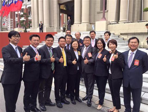 立法院副院長蔡其昌臉書發文及與蔡英文和其他綠營立委合照,臉書