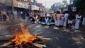 女性闖印度神廟引發暴力抗議(圖/翻攝自推特)