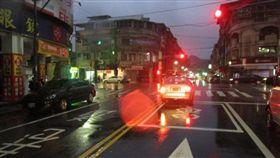 基隆,車禍,穿越馬路,違規,交通(圖/翻攝畫面)