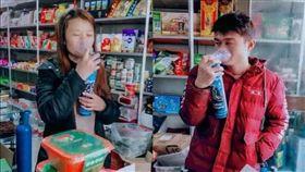大陸一對年輕夫妻為了賺錢,上個月27日前往西藏高原送貨,沒想到在送貨路途中,不幸因缺氧死亡,留下2個未成年的孩子。對此,不少同行看到後十分心疼,不僅發起捐款活動,還替夫妻倆完成送貨到西藏的任務。(圖/翻攝自南方都市報)