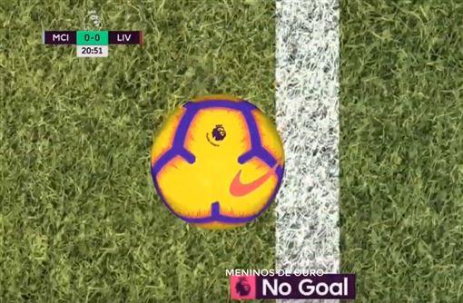▲鷹眼判定球並未完全進入球門線內。(圖/取自YouTube畫面)