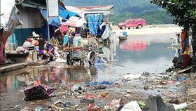 熱帶氣旋烏斯曼(Usman)去年年底襲擊菲國中部地區,造成逾百人傷亡,災情嚴重。外交部今(4)日表示,政府決定捐贈20萬美元協助菲國進行災民安置與重建,並提供必要物資。(圖/翻攝自菲律賓十字會twitter)