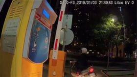 台中大嬸搶衝柵欄省10元停車費/翻攝自臉書爆廢公社