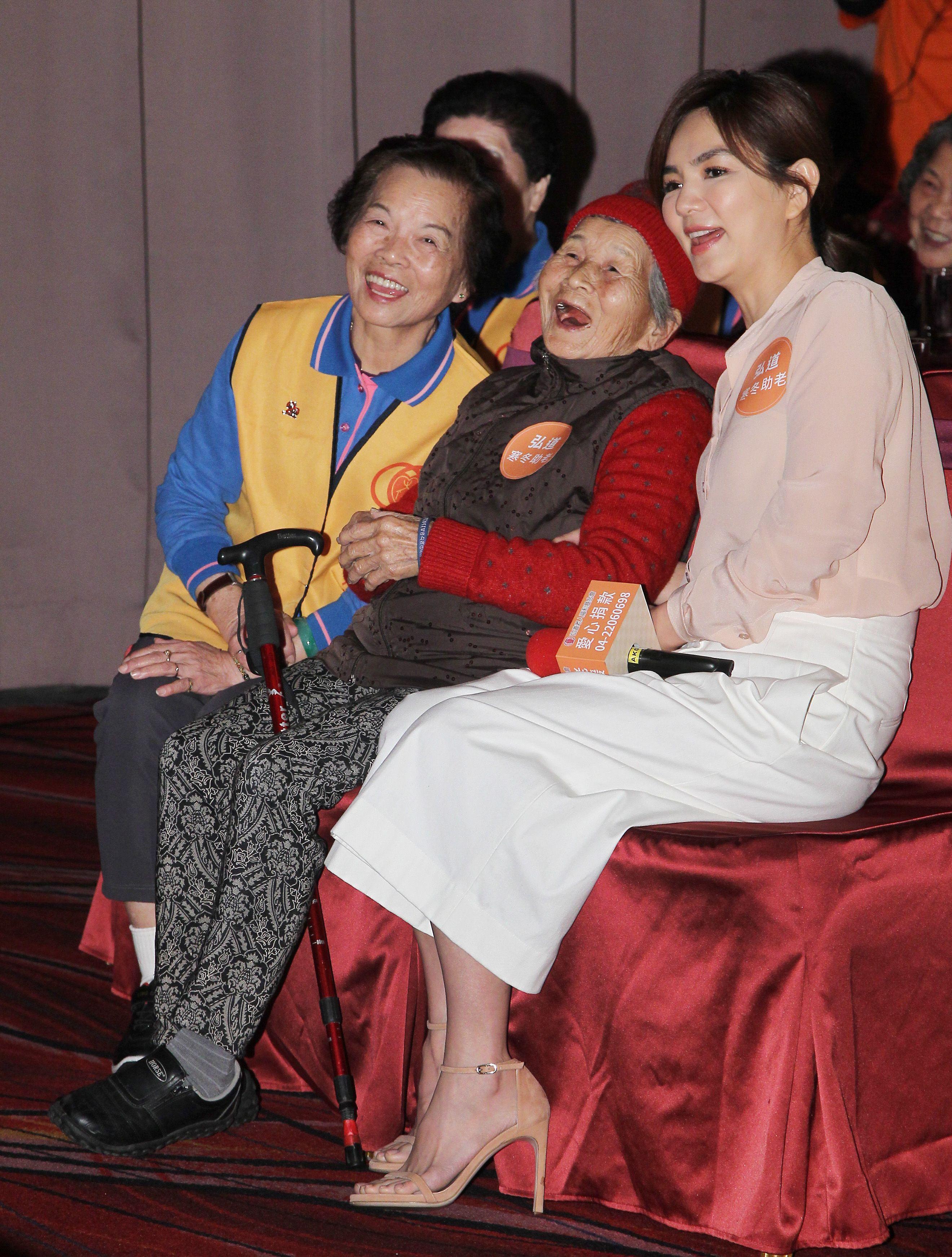 Ella陳嘉樺寒冬助老人陪92歲阿嬤圍爐。(記者邱榮吉/攝影)