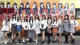 AKB48 Team TP 12位成員亮麗登場,一字排開十分吸睛。(圖/好言娛樂)