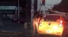 哥倫比亞,計程車,紅綠燈,裸體,尿尿(圖/翻攝自liveleak)