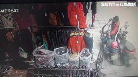 鍾男前往艋舺服飾商圈時,伺機竊取機車腳踏墊上的手提包(翻攝畫面)