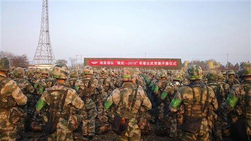 共軍重啟毛澤東時代大比武解放軍陸軍於19日至12月12日,分3階段,在安徽滁州(皖東)三界合同戰術訓練基地,舉行「大檢閱、大比武、大競賽、大會師」的「精武—2018」軍事比武競賽。(翻攝自中共解放軍陸軍政治工作部官方微信)中央社記者繆宗翰傳真 107年11月23日