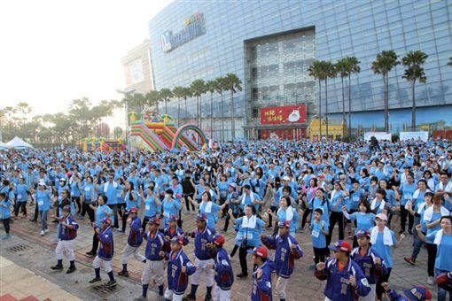 ▲第3屆艾多美公益路跑在夢時代的時代大道開跑,吸引3,500名跑者參加。(圖/高市體發局提供)