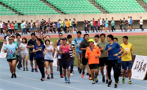 ▲謝千鶴親自指導跑步訓練。(圖/高市運發局提供)