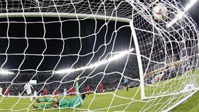 ▲阿拉伯聯合大公國Ahmed Khalil主罰12碼球追平比數。(圖/美聯社/達志影像)