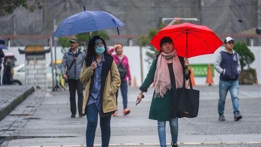 冷空氣接力  濕冷天氣持續到跨年(1)東北季風南下,中央氣象局24日表示,北台灣濕涼,25日氣溫小幅回升,26日還有一波冷空氣報到,強度可能達大陸冷氣團等級。中央社記者裴禛攝  107年12月24日