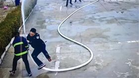 尷尬!所長示範消防操作反被水壓噴飛 (圖/翻攝自微博)