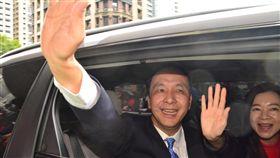 朱立倫宣布參選2020總統  推廣新北經驗卸任新北市長的朱立倫(左)25日與妻子高婉倩(右)一起搭車離開市府。他受訪表示,將投入2020年總統選舉,尋找解決台灣問題的方法,以新北經驗推廣全國。中央社記者黃旭昇新北攝  107年12月25日