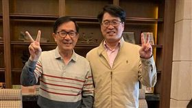 陳水扁今天也在臉書出與游盈隆一起比「2」手勢的合照。(圖/翻攝陳水扁攝)