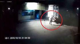 台中港檢驗員遭貨櫃車撞死/翻攝自臉書爆料公社