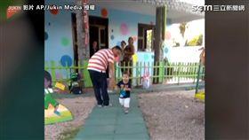 ▲兒子眼裡只有媽媽,直接略過傷心的爸爸。(圖/AP/Jukin Media授權)