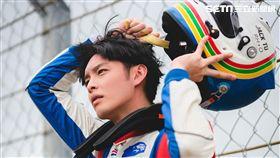 曹佑寧穿著百萬賽車服裝,帥氣程度爆表。(圖/創映電影、量能影業提供)