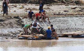 菲律賓當局今(6)日表示,耶誕節過後一場風暴重創菲律賓,死亡人數如今已攀升到126人,而豪雨引發山崩是造成死傷慘重的主要原因。(圖/翻攝自@ndtv推特)