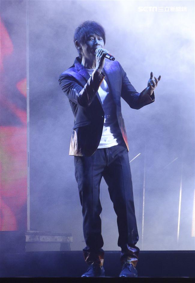 歌手黃品源舉辦「星火燎源巡迴演唱會」獻唱多首經典曲目。(記者林士傑/攝影)