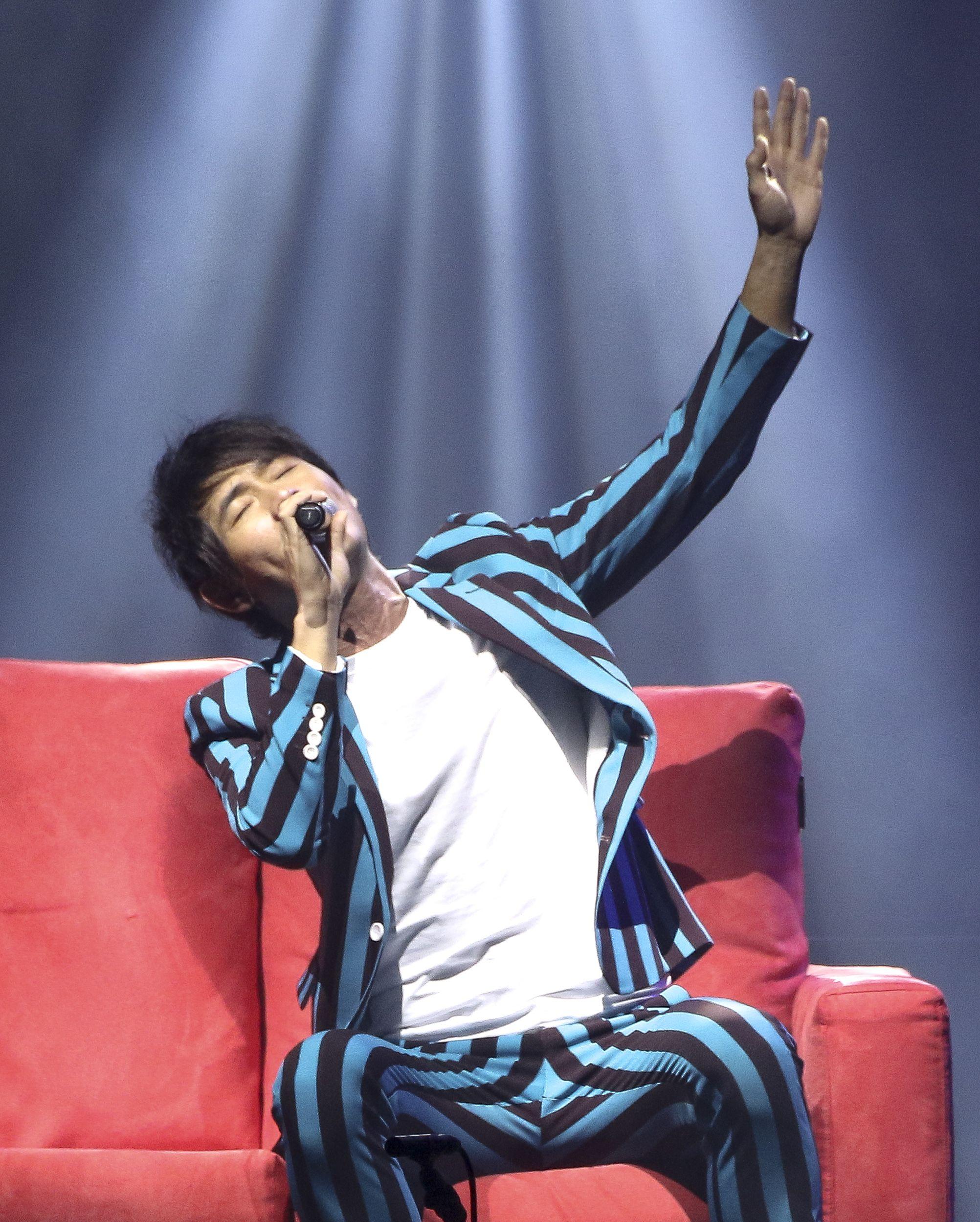 歌手黃品源舉辦「星火燎源巡迴演唱會」獻唱多首經典曲目,與金立海樂團。(記者林士傑/攝影)