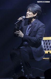歌手黃品源舉辦「星火燎源巡迴演唱會」獻唱多首經典曲目,邀請相識20年的好友嘉賓周華健一同獻聲。(記者林士傑/攝影)