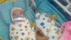 男嬰奶嘴被貼膠帶,看起來很不舒服的樣子。(圖/翻攝Instagram)