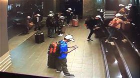 越南旅行團來台 入住飯店後集體失蹤交通部觀光局證實,4個大型越南旅行團共153人,分別在21日及23日入境高雄,卻在入住飯店後一小時,有152人脫逃失蹤。圖為越南團客入住飯店畫面。(翻攝照片)中央社記者陳朝福傳真 107年12月26日