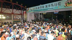 新竹城市馬拉松 8500人熱情起跑2019新竹市城市馬拉松6日在樹林頭公園起跑,有來自15個國家,共約8500名跑者參與,雖然天空飄下毛毛細雨,但跑者熱情不減,等待鳴槍出發。(新竹市政府提供)中央社記者管瑞平傳真 108年1月6日