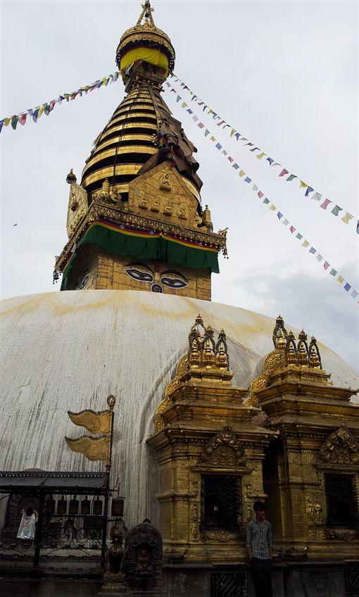 ▲金光閃閃的蘇瓦揚布拿寺是佛教徒心目中的聖地(圖/鳳凰旅遊)