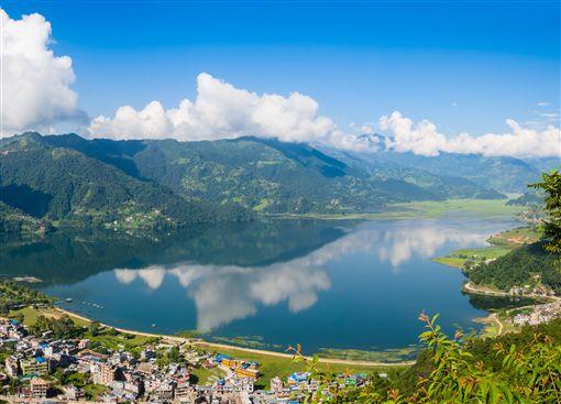 ▲如天然明鏡的費娃湖,映照出四周美景風光。 (圖/鳳凰旅遊)