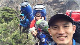 一群愛山人花3年揹救命艙上山(1)急診專科醫師王士豪及台灣野外地區緊急救護協會發起送加壓艙上高山計畫,花3年半的時間,將救命裝備加壓艙送進台灣數十個高山山屋及高海拔旅遊景點,這些加壓艙已經成功挽救至少7人的性命。(王士豪提供)中央社記者陳偉婷傳真 108年1月6日