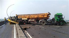 高屏大橋發生砂石車追撞工程車的事故(翻攝畫面)