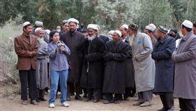 北京當局在新疆對維吾爾族人的鎮壓引起國際持續關注。據美國紐約時報,官方在新疆設立的集中營關押了許多著名維吾爾族知識分子和專業精英,此舉凸顯中國政府試圖消滅維族的文化認同。熱依拉·達吾提(Rahile Dawut)(左三)是一名維族學者,也是這些失蹤學者中最知名的一位。(圖/翻攝自@Realtalk_GV_OG推特)