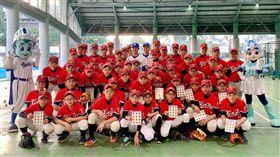 悍你上學趣 王正棠、李宗賢與新泰國中棒球隊合影。(圖/富邦悍將提供)