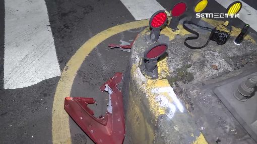 女騎士撞左轉計程車 機車起火燒成廢鐵